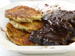 Fotografie k receptu Hovězí roštěnky ve švestkové omáčce a jemné bramboráčky