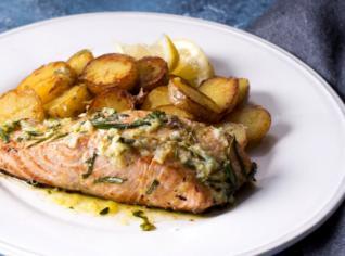 Fotografie k receptu Gratinovaný losos s opekánými brambory