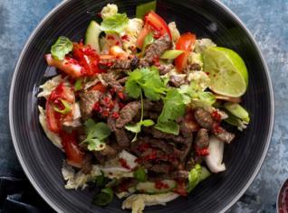 Fotografie k receptu Pikantní zeleninový salát s hovězím masem