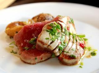 Fotografie k receptu Grilovaný tuňák s česnekovými bramborami