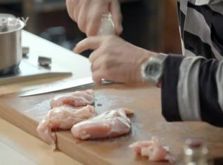 Fotografie k receptu Pošírovaná kuřecí prsa s bramborovým salátem