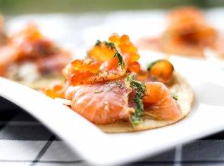 Fotografie k receptu Marinovaný losos na lívancích s fenyklem a kaviárem