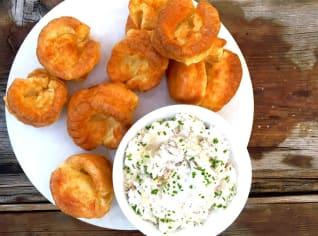 Fotografie k receptu Uzená makrela s křenem a yorkshirským pudinkem