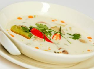 Fotografie k receptu Polévka Tom Kha Kai (Pálivá kuřecí polévka s kokosovým mlékem a galangou)