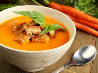 Fotografie k receptu Crema di carota con crostini di taggiasche (Mrkvová polévka s bagetkou a olivovým patté)