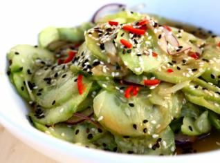 Fotografie k receptu Okurkový salát s miso dresingem