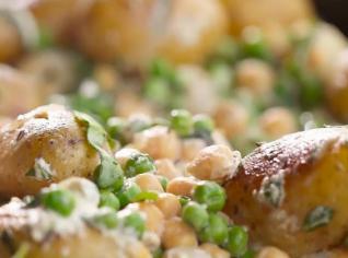Fotografie k receptu Brambory s hráškem, cizrnou, mátou a bazalkou
