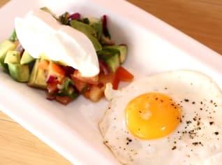 Fotografie k receptu Salát z avokáda se sázeným vejcem