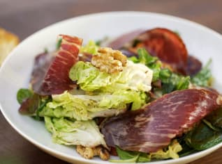 Fotografie k receptu Salát s pečenou řepou, iberijským hovězím a vlašskými ořechy