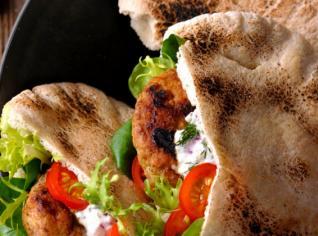 Fotografie k receptu Jehněčí maso s jogurtovým dipem v arabském chlebu