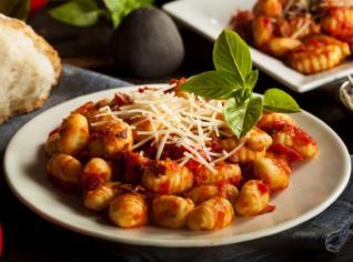 Fotografie k receptu Bramborové noky s rajčaty, bazalkou a prosciuttem
