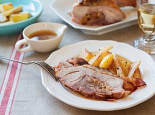 Fotografie k receptu Krůta s kaštanovo-perníkovou nádivkou a medový pastiňák s pečenými bramborami