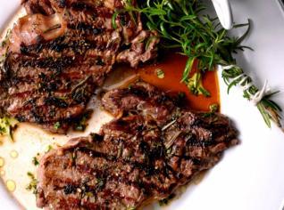 Fotografie k receptu Steak z roštěnce s bylinkami a grilovanými rajčátky