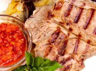 Fotografie k receptu Grilované vepřové kotlety s tomatovou omáčkou a pečenými bramborami