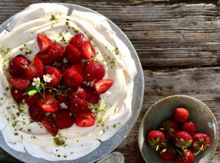 Fotografie k receptu Pavlova s amaretto krémem a jahodami