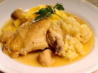 Fotografie k receptu Zadělávané kuře se stouhankovými knedlíčky a květákem