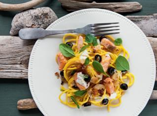Fotografie k receptu Špagety s lososem, olivami a polníčkem