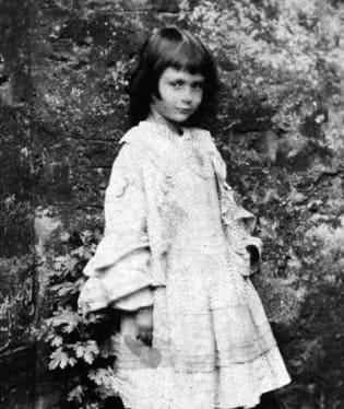 Alice Liddel – dívka, která inspirovala Lewise Carrolla k vytvoření postavičky Alenky v říši divů. (1862)