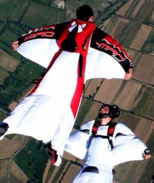 Na base jumping potřebujete speciální kombinézu a obrovskou dávku odvahy