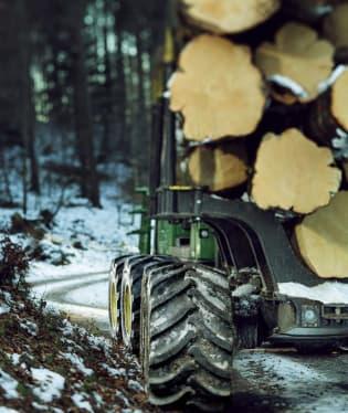 Působivá technika pro lesní těžbu. Většinou obouvá Nokiany. 9