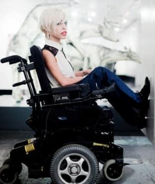 Dívka je totiž upoutaná na elektrický vozík. Na castingu však zaujala a stala se nejvýraznější tváří kampaně značky Diesel