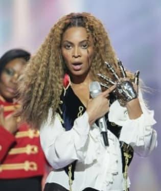 Beyoncé si nasadila kovovou rukavici