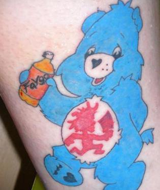 Roztomilost sama! Takhle vypadá reklama na značku Faygo vytetovaná do lidské kůže. Majitel tetování asi dostává tučnou sumičku za pronájem reklamní plochy.