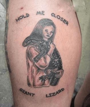 Taky máte rádi zvířátka? Majitel tohoto tetování se rád pomazlí i s obří ještěrkou.
