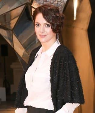 Pamatujete si chlupatý kabátek, ve kterém uprchla princezna Lada v pohádce Princezna se zlatou hvězdou na čele? Tak v podobném myším kožíšku si vyrazila herečka Klára Issová na karlovarskou kolonádu