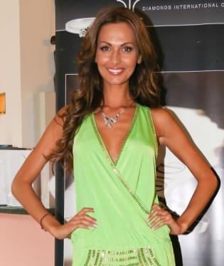 Zelené šaty sice modelce Elišce Bučkové sluší, ale co ty úděsné modré boty s dírou na palec? Přezout, a hodně rychle!