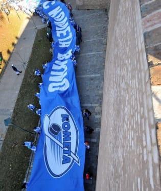 Fanoušci Komety předvedli v Brně obří šálu, možná největší na světě