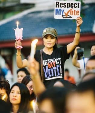 Thajská vláda sice v Bangkoku a jeho okolí vyhlásila výjimečný stav, jak ale ukazují aktuální snímky, protesty pokračují dál. Thajci se snaží svrhnout premiérku Jingluck Šinawatrovou, kterou nepovažují za nic víc než loutku v rukou jejího bratra.