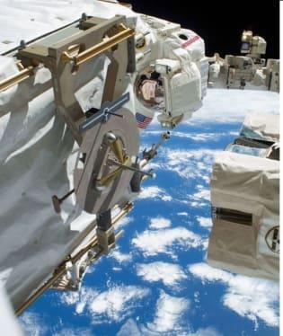 Velitel posádky Oleg Kotov a letecký inženýr Sergej Rjazanskij z ruského Roskosmosu uskutečnili šestihodinový výstup do volného kosmu, během kterého instalovali několik kamer na plošinu Zvězdy, ruského služebního modulu Mezinárodní vesmírné stanice (ISS).
