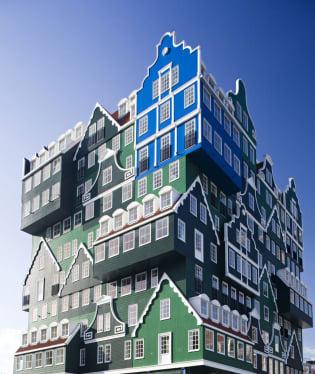 Nutnost respektovat místní tradiční architekturu a zároveň z pozemku vytěžit co nejvíc někdy developera dovede k vtipnému řešení.Inntel Hotel Amsterdam Zaandam