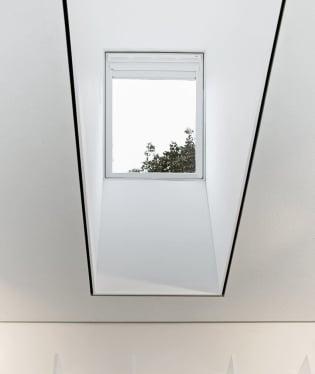 Typové střešní okno Velux s motorovým ovládáním a zatemňovacími roletami