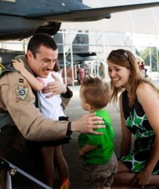 Bryant Roberts s manželkou Tiffany a děti Naomi a Bryson, Goldsboro, NC
