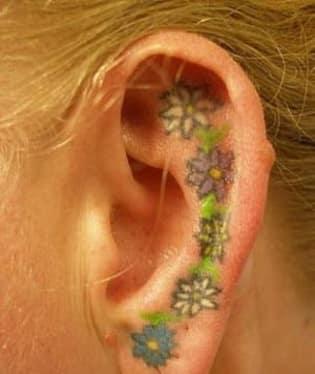 Barevné tetování do ucha? Jak pro koho