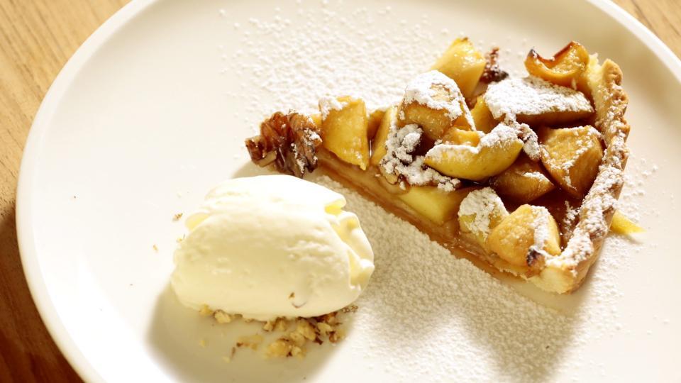 Jablečný dort s dietním krémem a malinami