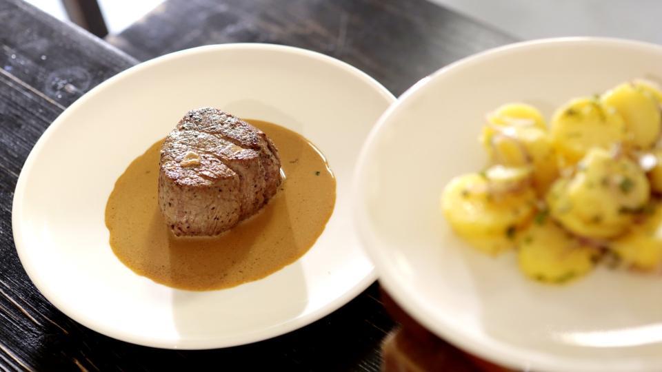 Biftek s omáčkou z brandy a selským salátem