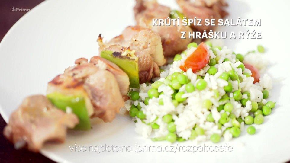 Krůtí špíz se salátem z hrášku a rýže