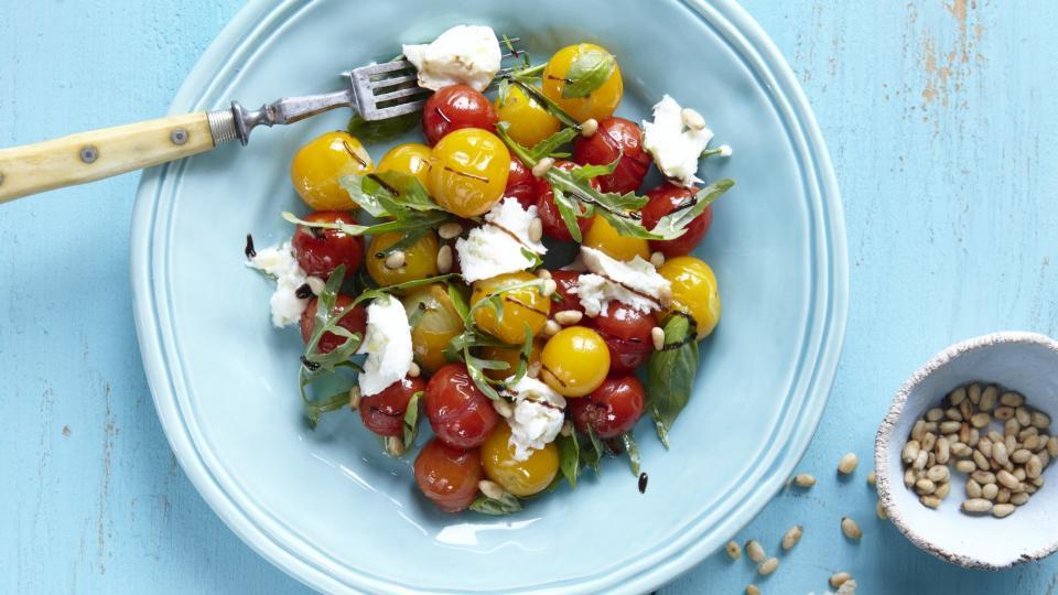 Salát z pečených cherry rajčátek a chlebové placky
