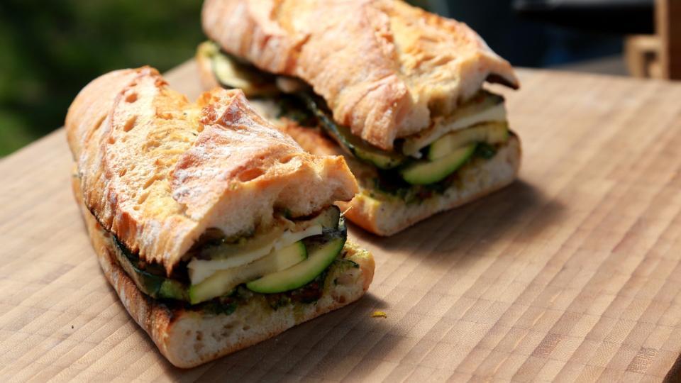 Sendvič s grilovanou zeleninou a sýrem Provolone
