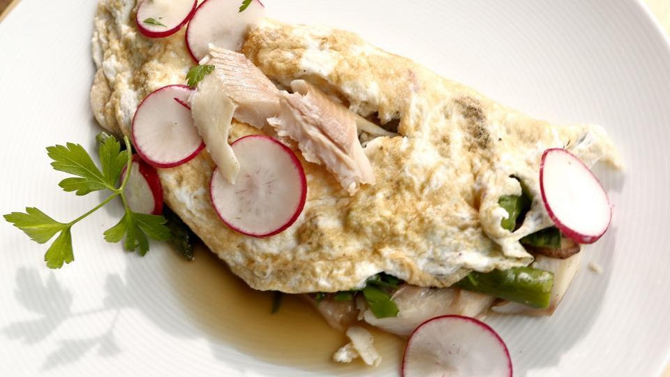 Bílková omeleta s uzeným pstruhem