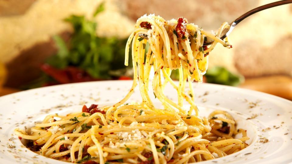 Aglio olio e peperoncino (Špagety s česnekem a feferonkou)