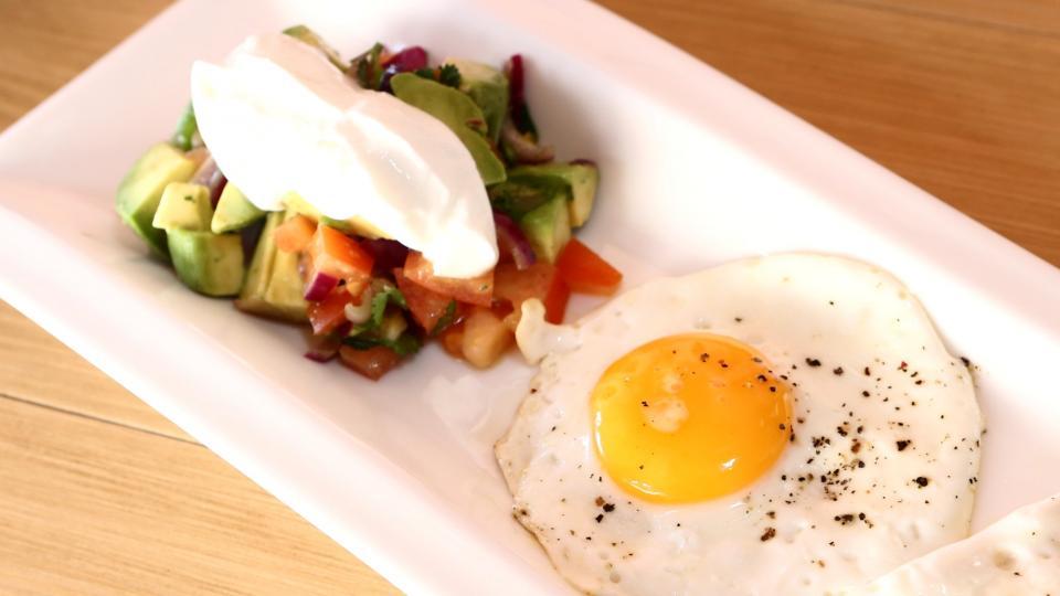 Salát z avokáda se sázeným vejcem