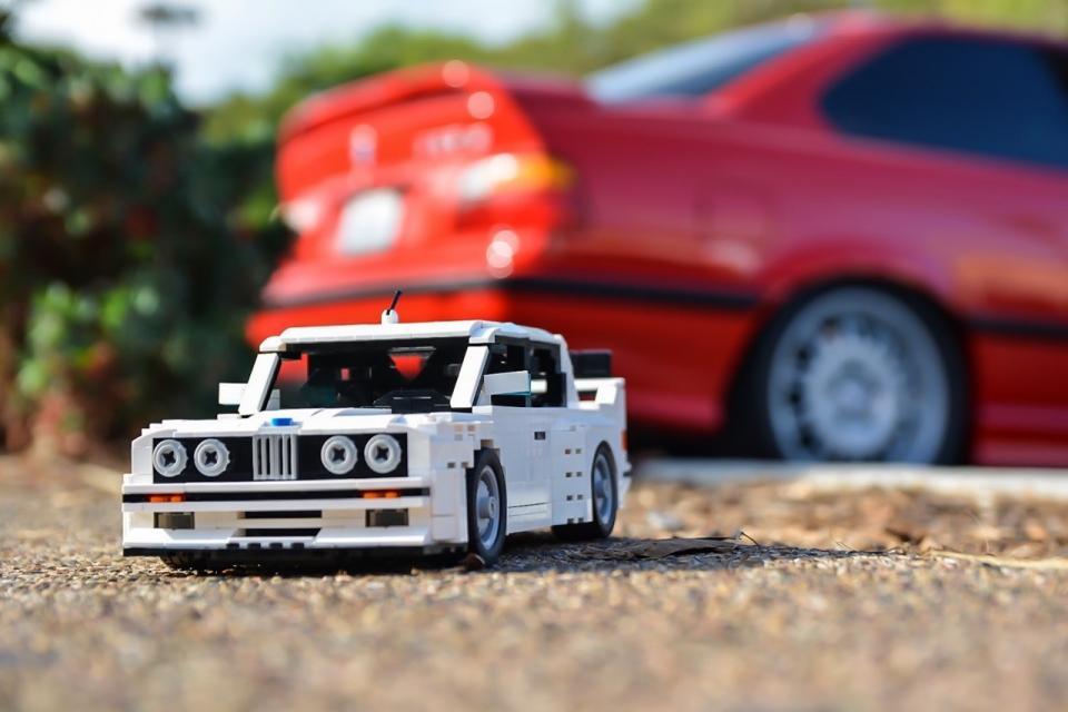 BMW M3 z Lega se skutečnou M3 E46 v pozadí.