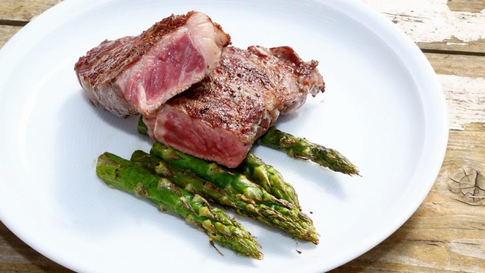 Hovězí steak wagyu s chřestem