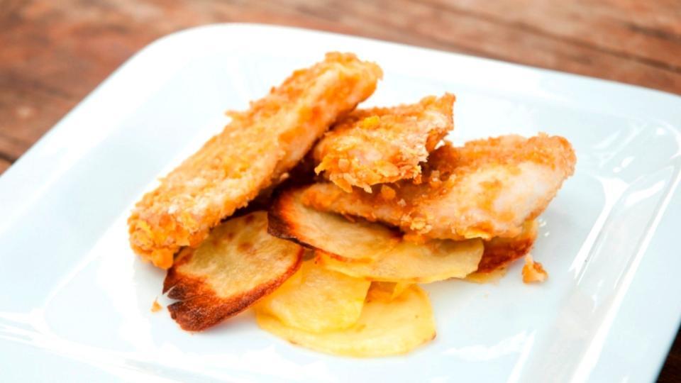 Bocconcini di pollo e chips di patate (Kuřecí prsa v cornflakes s chipsy)