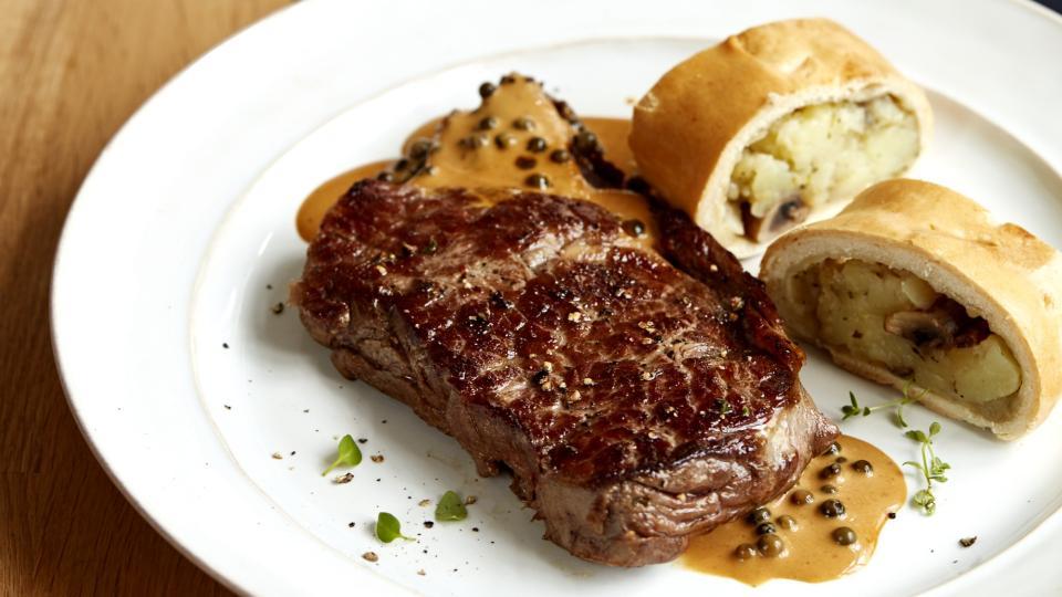 Rib eye steak s bramborovým závinem a pepřovou omáčkou