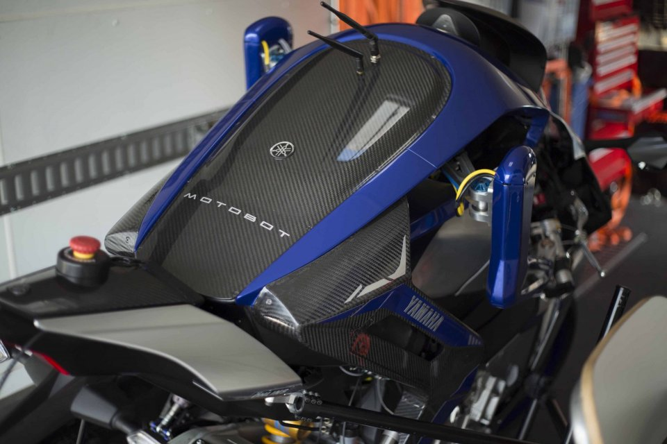Díky použití karbonu váží Yamaha MOTOBOT jen 45 kg!
